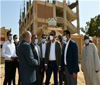 """محافظ الفيوم يتفقد مشروعات """"حياة كريمة"""" بقرية قصر الباسل بإطسا"""