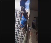 شاهد| إمرأة تقطع حبال «سقالة» عليها عاملي طلاء على ارتفاع 26 طابقاً