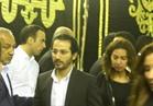 فيديو.. أحمد حلمي ومني زكي في عزاء والدة المخرجين شريف وعمرو عرفة