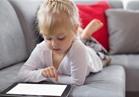 احذري.. سماحك لطفلك باللهو بالهاتف يؤثر على الكلام لديه