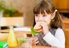 8 تساؤلات للأمهات حول تغذية أطفالهن في الدراسة.. والأطباء تجيب