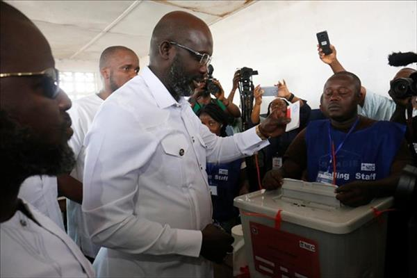 جورج ويا يدلي بصوته في الانتخابات - رويترز