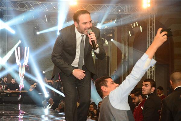 """وائل جسار يلتقط """"سيلفي"""" مع جمهوره ليلة رأس السنة"""