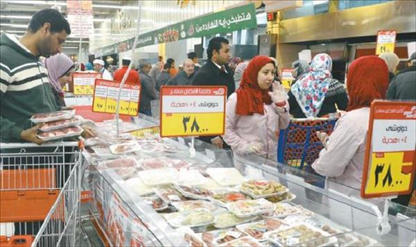 إقبال من المواطنين على الشراء بعد تطبيق قرارات الأسعار على السلع