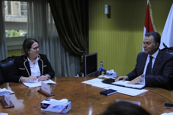 وزير النقل خلال لقائه مع المدير التنفيذى للبنك الأوروبي