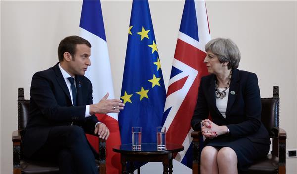 الرئيس الفرنسي إيمانويل ماكرون ورئيسة وزراء بريطانيا تيريزا ماي