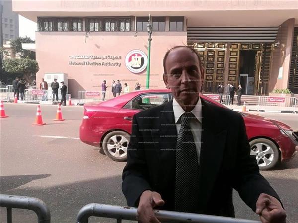 أحد المواطنين يتقدم بأوراق ترشحه للانتخابات الرئاسية المقبلة