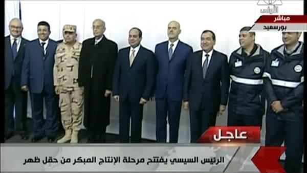 الرئيس السيسي يلتقط الصور التذكارية مع العاملين بحقل ظهر