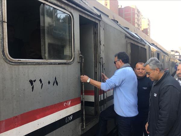 وزير النقل خلال جولته بمحطة سكة حديد الجيزة