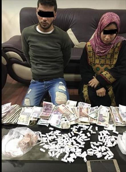 صورة للمتهمين وبحوزتهما المضبوطات