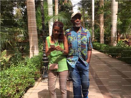 الممثل الأمريكي داني جلوفر وزوجته فى جزيرة النباتات