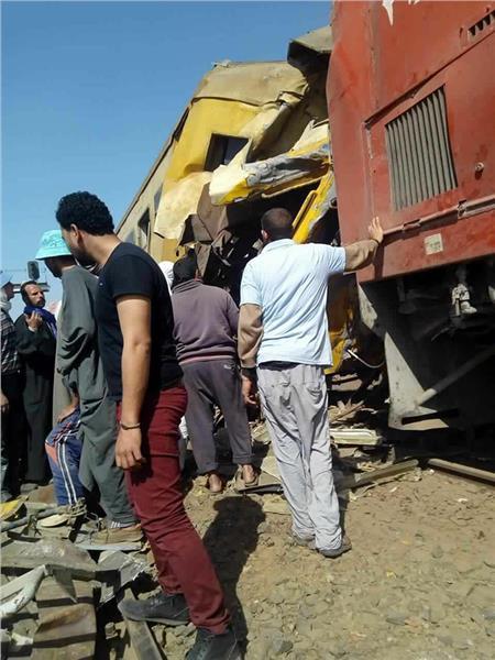 لحظة انتشال مصابي حادث قطار البحيره في سيارات الاهالي قبل وصول الاسعاف