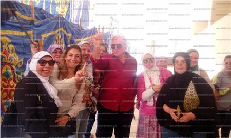 الفنان حسين فهمي مع بعض الناخبات