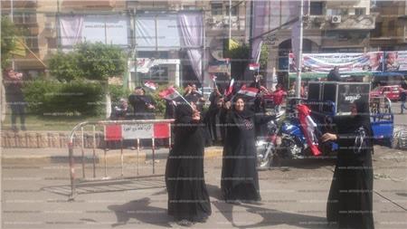 رقص عدد من السيدات أمام اللجان الانتخابية