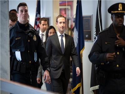 مارك زوكربيرج في حراسة الشرطة الأمريكية