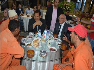 «بيت العيلة» يشارك عمال النظافة فرحة رمضان
