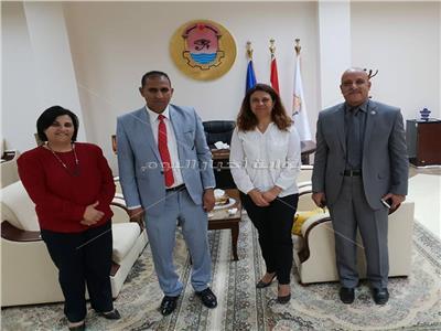 رئيس جامعة اسوان مع وفد الجامعة الأمريكية