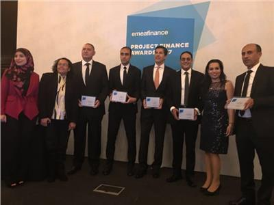 البنك الأهلي يحصل على 3 جوائز من «EMEA FINANCE» -فريق البنك الأهلي أثناء التكريم