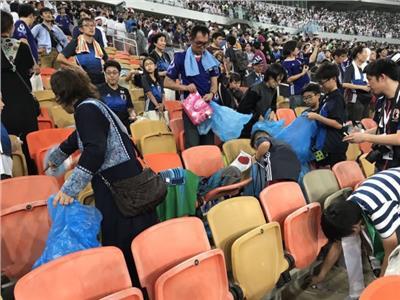 الجمهور الياباني ينظف أماكنه