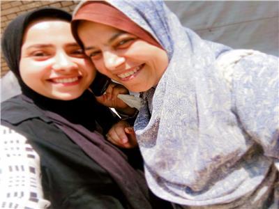 الطالبة منة مع والدتها