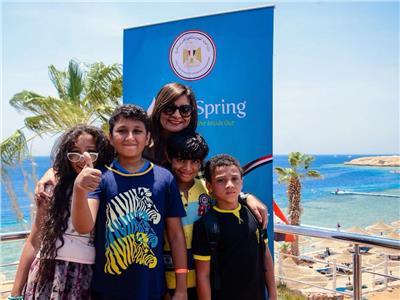 وزيرة الهجرة مع أطفال معسكر أبناء الأجيال للمصريين بالخارج