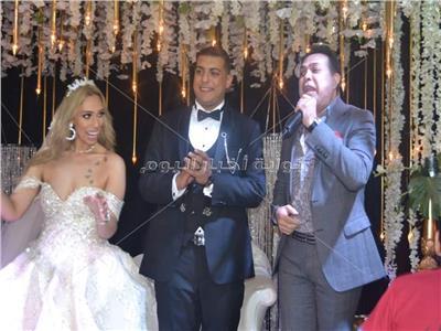 حكيم مع العروسين