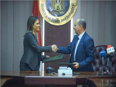 الدكتورة سحر نصر وزيرة الاستثمار والمهندس عمرو نصار وزير التجارة