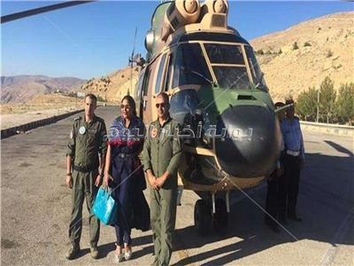 المطربة أحلام برفقة قائدي الطائرة العسكرية الأردنية