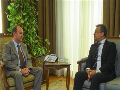 المهندس عمرو نصار وزير التجارة والصناعة خلال لقائة سفير سنغافورة بالقاهرة