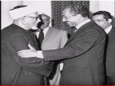 شيخ الأزهر الأسبق الدكتور محمد الفحام يصافح الرئيس الراحل السادات