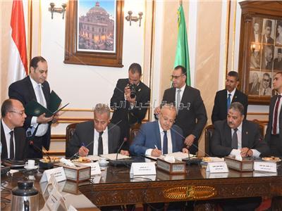 رئيس جامعة القاهرة ووزير التموين خلال توقيع الاتفاقية