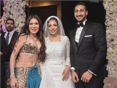 دينا مع العروسين