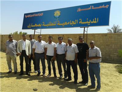 د. احمد غلاب رئيس الجامعة يتوسط مشرفى المدينة الجامعية