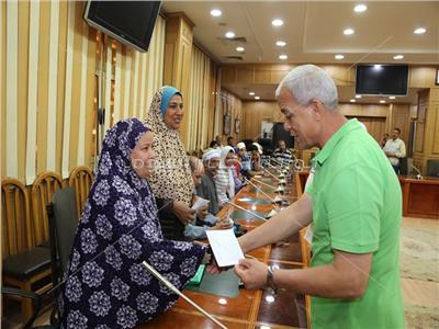 محافظ المنوفية يسلم مساعدات مالية للحالات الفقيرة والاولي بالرعاية