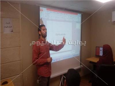 كيفية إنشاء عرض تقديمي باستخدام power point في ورشة عمل بجامعة المنوفية.