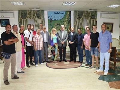 فوده أثناء لقائه بفناني ملتقى مصر الدولي للنحت والفنون