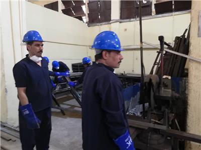صورة العمال داخل الورشه