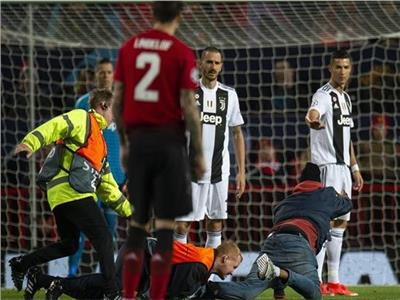 لحظة السيطرة على المشجع ومصافحته كريستيانو رونالدو