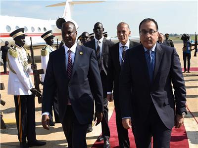 نائب رئيس جمهورية جنوب السودان يستقبل مدبولي في مطار جوبا