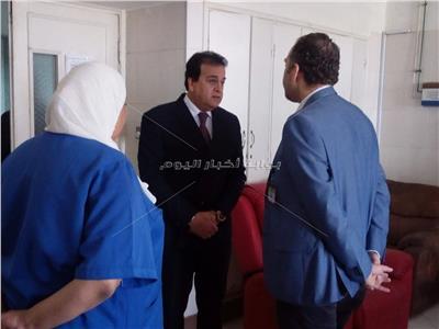 وزير التعليم العالي يقوم  بزيارة مفاجئة للمعهد القومي للأورام