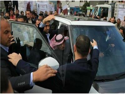 شاهد| رشق موكب «السفير القطري» بـ«الحجارة» في غزة