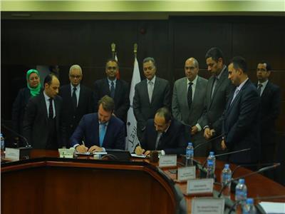 صورة من توقيع المذكرة بحضور الوزير