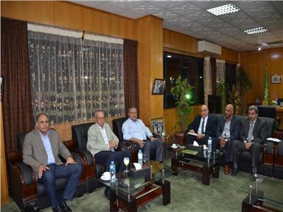 محافظ الإسماعيلية يجتمع بمجلس الدراويش