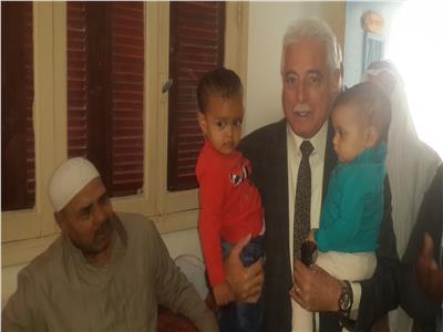 محافظ جنوب سيناء يحتضن أحفاد السائق المريض