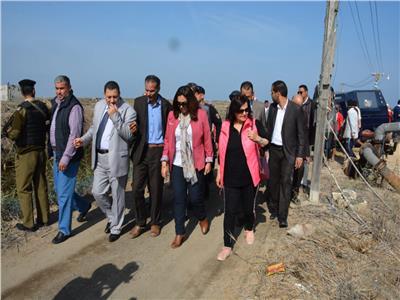المحافظ ونائب الوزير أثناء تفقد بحيرة المنزلة