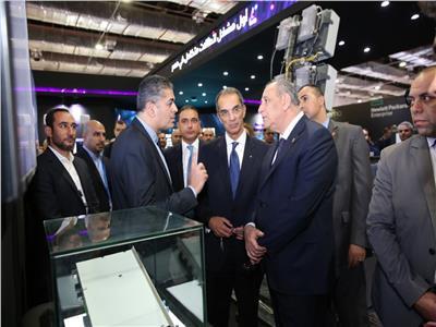 وزير الاتصالات ونظيره اللبناني خلال جولة داخل أجنحة المعرض