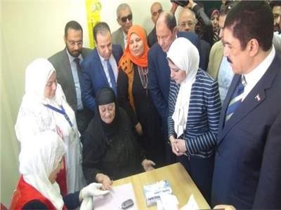 المحافظ ووزيرة الصحة يتفقدان إحدى القرى الصحية