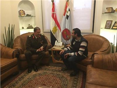 رئيس هيئة تسليح القوات المسلحة مع محرر الأخبار