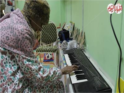 الحاجة عايدة تعزف على البيانو