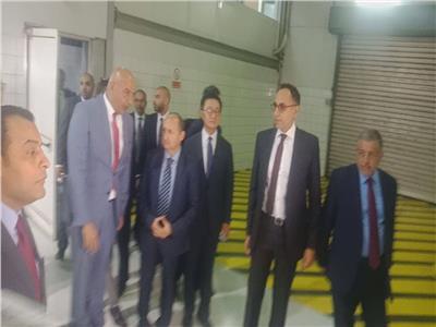 وزير التجارة والصناعة يتفقد مراحل تجميع كيا سورينتو بالمصنع